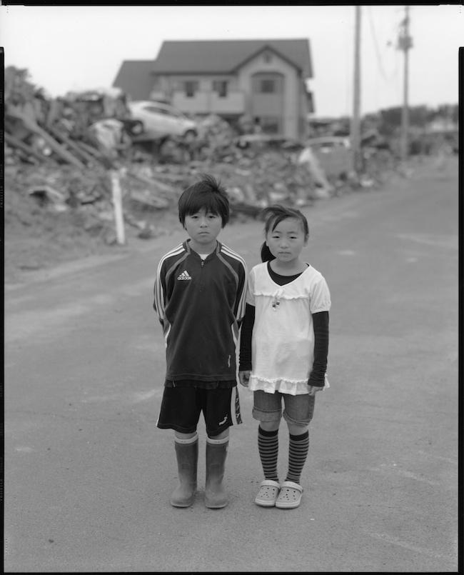 篠山紀信『大友瑠斗(9) 大友乃愛(7) 名取市』(2011年)