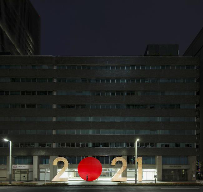 藤元明「 2021 #TOKYO 2021 」( 2019 / 戸田建設本社ビ ル) © TOKYO 2021