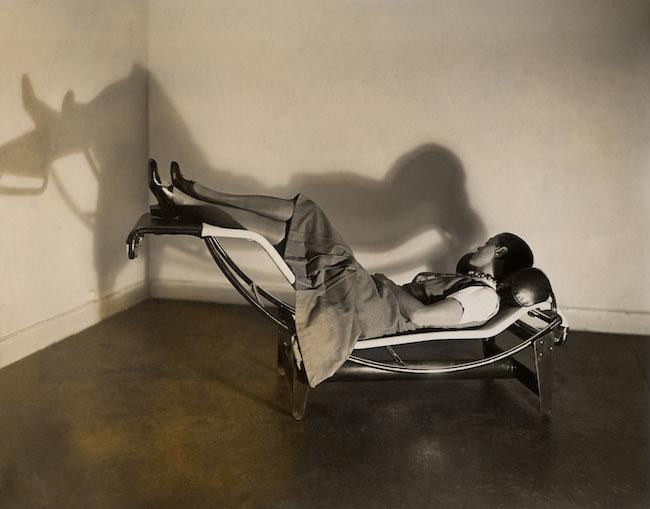 Charlotte Perriand sur la 『Chaise longue basculante, B306』, (1928-29年) – Le Corbusier, P. Jeanneret, C. Perriand, vers 1928 © F.L.C. / ADAGP, Paris2019 © ADAGP, Paris 2019 © AChP