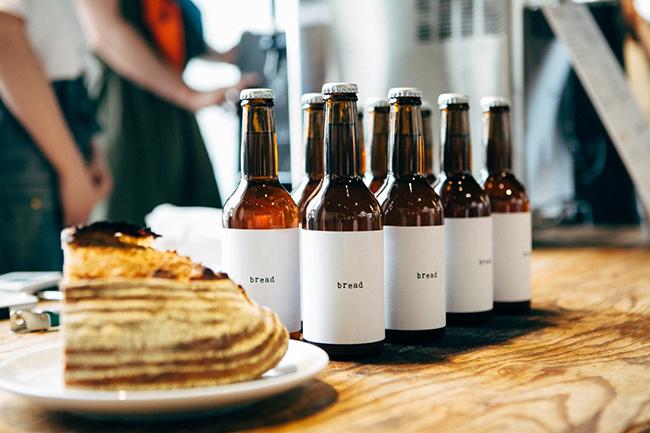 マーケットに出店する、パンの耳を使ったビール「bread beer」