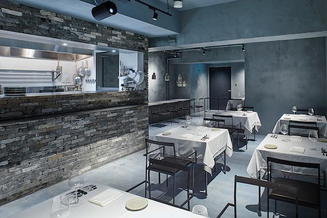 「ristorante scintilla」は、火花(HIBANA)から立ち昇る薄煙をイメージしたブルーグレーの空間。