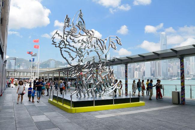 香港のハーバーシティで2014年に開催された個展「Sky is The Limit」にて、エントランス前に設置されたパブリックアート作品『Sky is The Limit』 © Tomokazu Matsuyama<br />