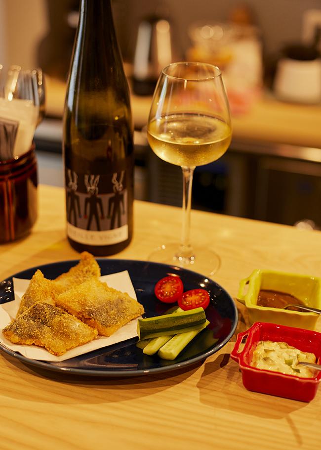 2018年にソムリエがオープン。フレンチや北欧料理を基にしたアラカルトと癖が少ないきれいめのヴァンナチュールが揃う。カラッと揚げたアジフライには特製タルタルソースと店主が勤めていた「Le Bouton」のウスターソースを。 <vinmari>東京都渋谷区千駄ケ谷4-3-7 1F Tel/03-6812-9109 営業時間/18:00〜23:00( 22:30 L.O) 土・祝15:00〜20:00( 19:30 L.O) 休/日・第1&第3月 予算/アジフライ¥900〜(魚は変更の可能性あり)、グラスワイン¥900〜