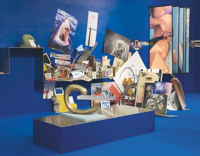 『青い狐』(2014年) チゼンヘール・ギャラリーでの展示風景 installation view at Chisenhale Gallery courtesy the artist and kamel mennour (Paris/London) Metro Pictures (New York) KÖNIG GALERIE (Berlin) © ADAGP, Paris & JASPAR, Tokyo  2019