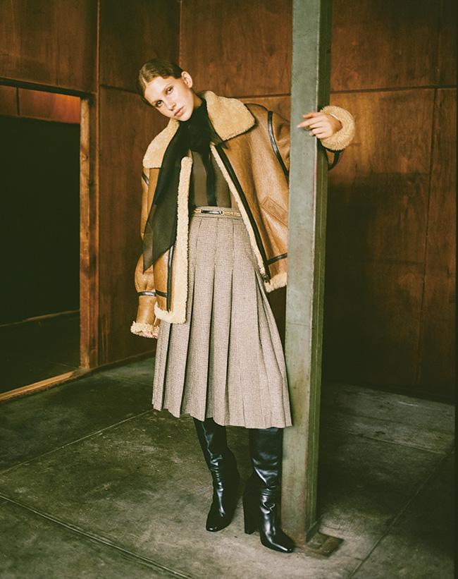 シアリングコート¥760,000 ボウブラウス¥215,000 チェックプリーツスカート 参考商品 ブーツ¥235,000(すべて予定価格)/Celine by Hedi Slimane(セリーヌ ジャパン)