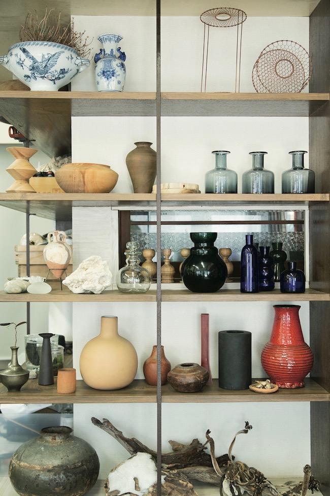 棚には世界中から集めたという大小さまざまな花器が。直感でいいと思ったものばかりが並んでいる。