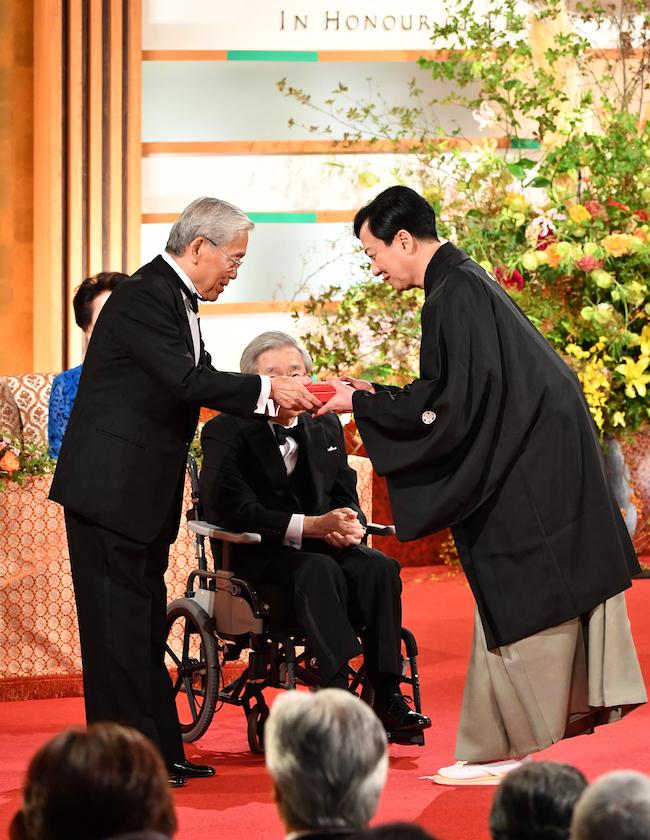 常陸宮殿下から顕彰メダルを授与される坂東玉三郎