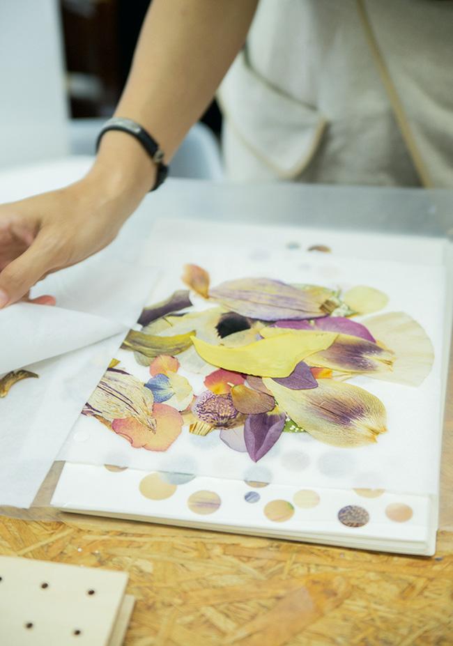 生花に乾燥剤をのせて作る押し花。ラウンドカッターでくり抜いた花びらは、スプレーのりで完成させる
