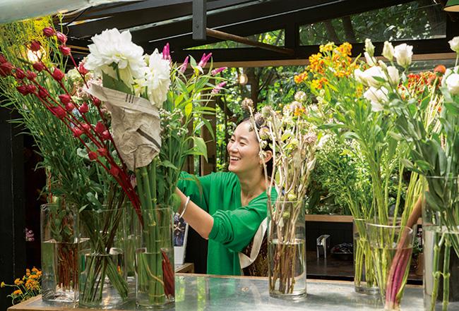 「花が売り切れる度に陳列しなおします。朝と昼でまったく違う表情のショップになるんですよ」
