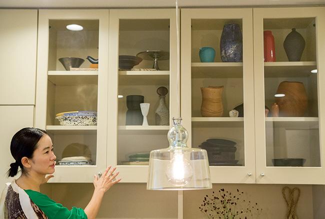 食器棚には、花器がずらり。彼女らしいスタイリッシュなセレクト。