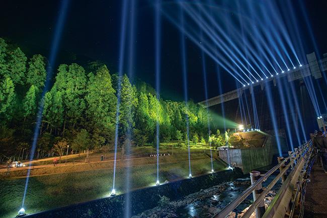 参加アーティストのこれまでの作品より(参考作品)。齋藤精一(Rhizomatiks Architecture)の作品『日田の山と川と光と音』展示風景。