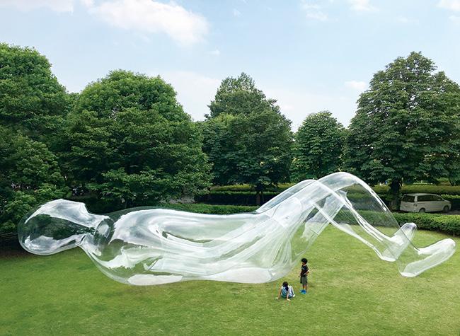参加アーティストのこれまでの作品より(参考作品)。鈴木康広の作品『空気の人』(参考画像)。