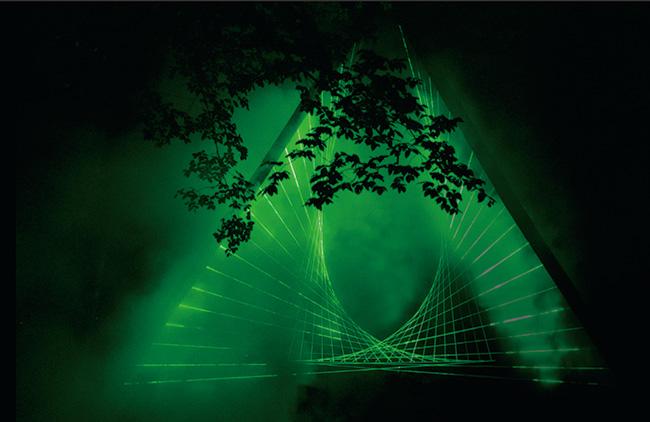 参加アーティストのこれまでの作品より(参考作品)。ワイルドドッグスがキュレーションと制作を手がけた『Dossier X』の上演風景。
