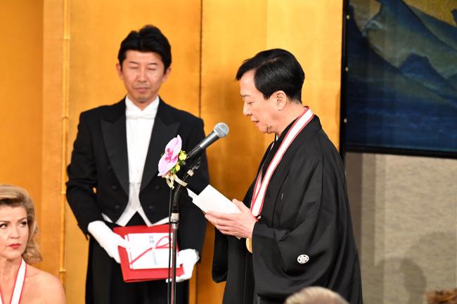 16日の授賞式典にて、受賞者を代表し謝辞を述べる坂東玉三郎