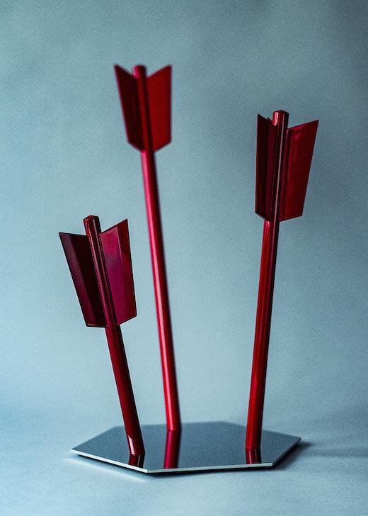 職人の手によって仕上げられた矢を225本使って制作された新作。 舘鼻則孝『Arrows(部分)』(2019) ©NORITAKA TATEHANA K.K. Courtesy of KOSAKU KANECHIKA