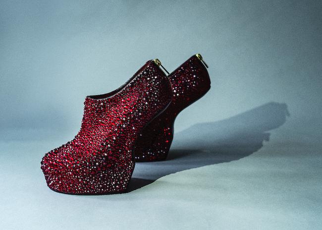 舘鼻則孝『Heel-less Shoes』(2019) ©NORITAKA TATEHANA K.K. Courtesy of KOSAKU KANECHIKA