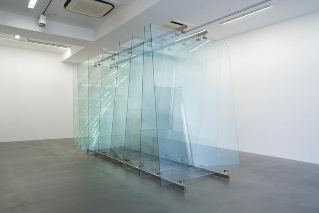ゲルハルト・リヒター 『8 枚のガラス』 2012年 ガラス、スチール構造物 230×160×378cm ワコウ・ワークス・オブ・アート ©Gerhard Richter, courtesy of WAKOWORKS OF ART Photo: Tomoki Imai