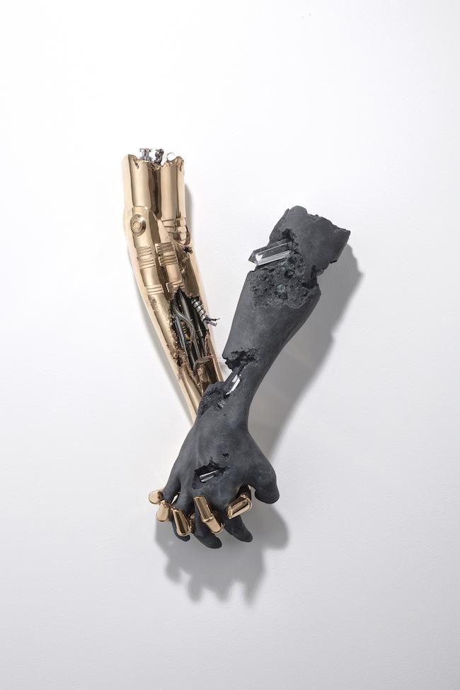 ダニエル・アーシャムx空山基『Untitled_holding hands (bronze)』(2019年) ©Daniel Arsham, Hajime Sorayama Photo by Shigeru Tanaka Courtesy of NANZUKA