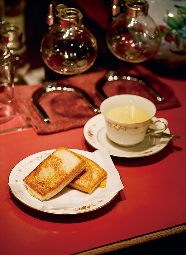 クロックムッシュとスープ(¥750。単品各¥480)。スープはコーンクリームかミネストローネから選んで。