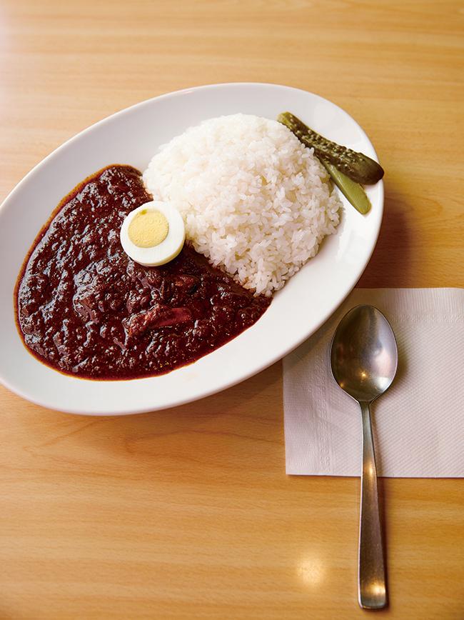 軽食に限らず、本格的な一品料理も充実。柔らかく煮込まれた牛肉がごろっと入った「ザイカレー」(¥980)。スパイシーなルゥにやみつき。