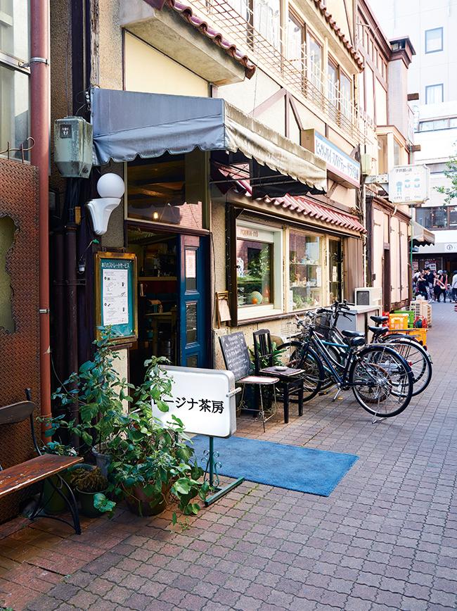 路地裏に入った場所に店を構える。周辺の昭和の風情が漂う雰囲気も素敵。