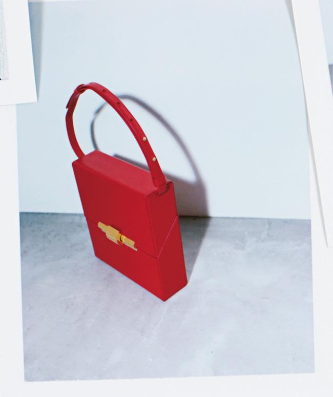 バッグ(W18×H19×D5cm)¥255,000/Bottega Veneta(ボッテガ・ヴェネタ ジャパン 0120-60-1966)
