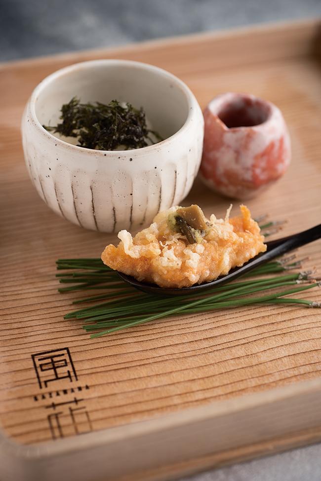 雲丹かけ御飯は、中はとろりとレアな状態で。有明海の海苔の香り、わさびの茎がアクセント。ご飯にのせ甘醤油をかけ、すべてを混ぜていただく。会席コース「夢滴(ゆめしずく)」(¥22,000)、「和楽(わらく)」(¥19,000)の「お凌ぎ」の一品。