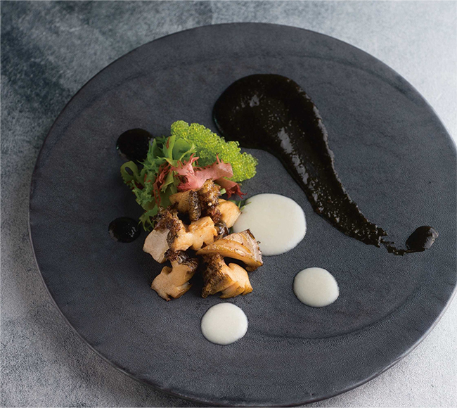 黒鮑のステーキは、鉄板焼のコース「響(ひびき)」(¥22,000〜)、「閃(ひらめき)」(¥28,000〜)の中の一品(単品は時価)。バターだけで柔らかくソテーした黒鮑に、3種の海藻を使った海苔のソースと蛤エキスが入った白ワインソース。