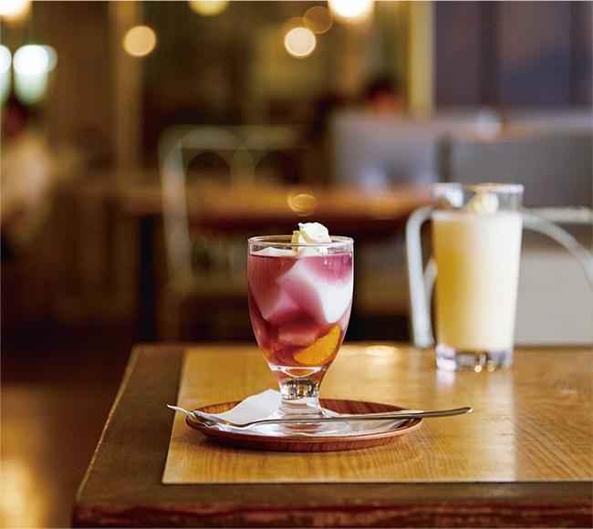 創業当時からお店の看板デザートとして人気の「フルーツゼリー」(¥480)。コーヒーも捨てがたいもののこの日はあえて「ミルクセーキ」(¥720)を。リキュールで香りづけされたオトナ味。/ロージナ茶房