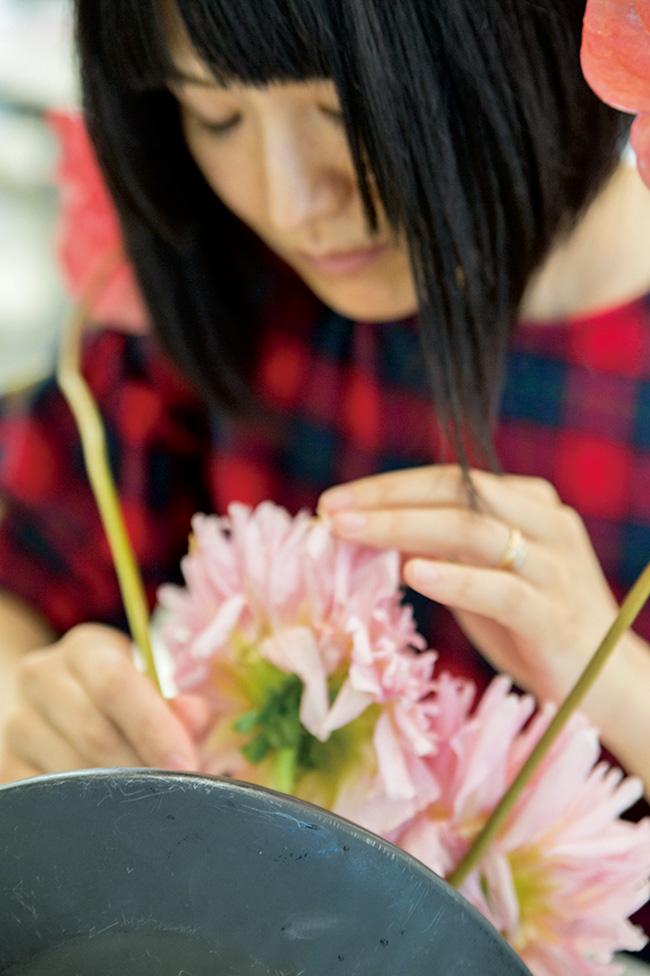 「お花が枯れるのは、当たり前のこと。触れていると、生や死を感じます」。