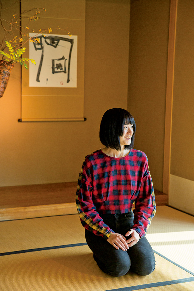 草月会館にあるいけばな草月流の日本間で。創始者の銅像が飾られた部屋は、アートな精神であふれている。