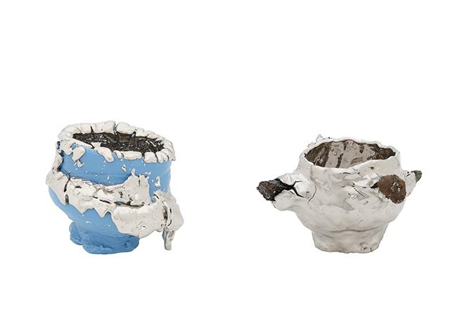 桑田卓郎(日本)左より/『Teabowl』Blue(2018年)、『Tea bowl』Silver(2018年) ロエベファンデーション クラフト プライズ 2018 特別賞受賞作家