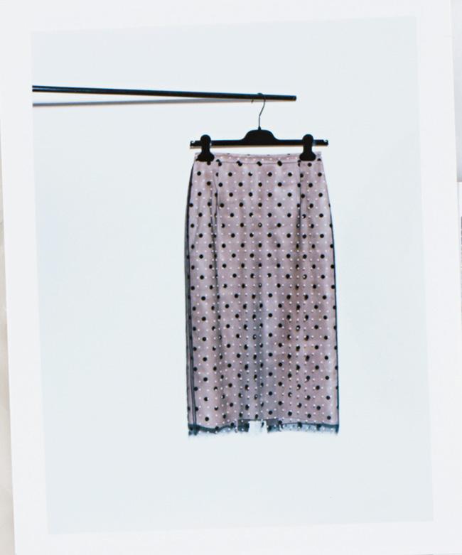 スカート¥128,000/N°21(イザ 0120-135-015)