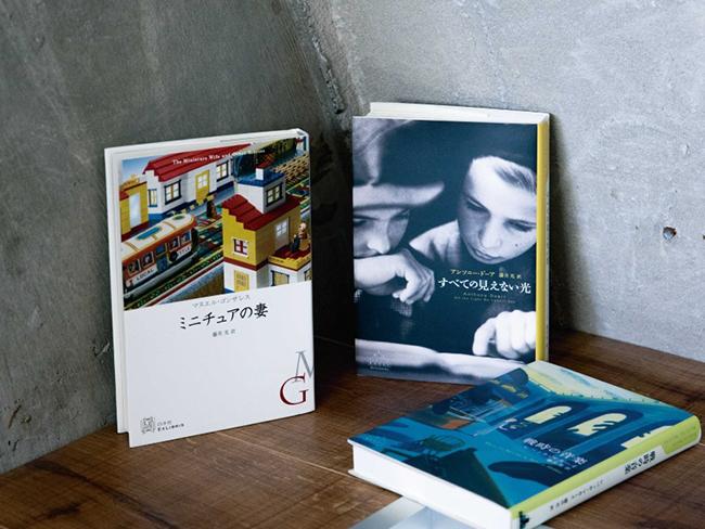 左から時計回りに『ミニチュアの妻』マヌエル・ゴンザレス/著(白水社)、『すべての見えない光』アンソニー・ドーア/著、『戦時の音楽』レベッカ・マカーイ/著(ともに新潮社)<br />