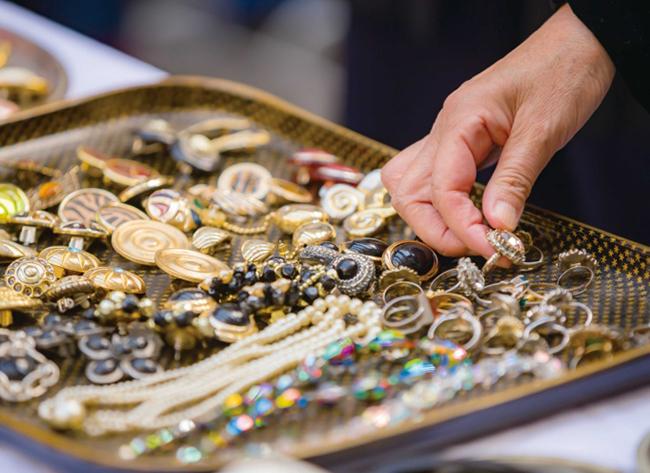 月に1回、アークヒルズ アーク・カラヤン広場で開催されている赤坂蚤の市
