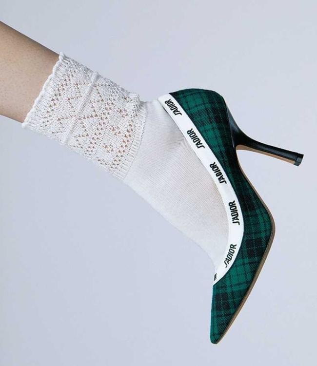 レース編みコットンソックス¥600/Kutsushitaya(タビオ) グリーンタータンチェック柄パンプス¥113,000 ヒール10cm/Dior(クリスチャン ディオール 0120-02-1947)