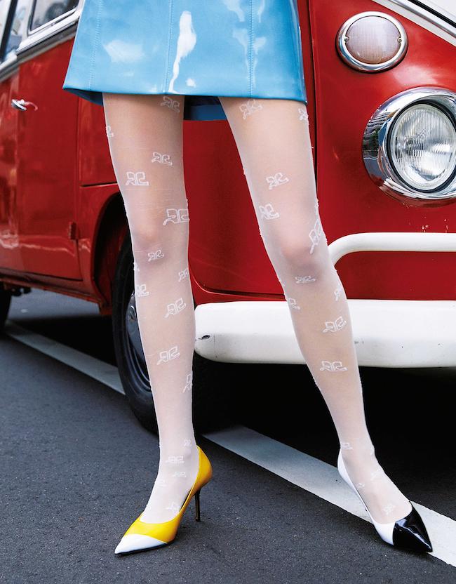 ツイッギーのようなミニスカスタイルには、ホワイトのパターンタイツとカラーブロッキングのパンプスで60年代風ユニークなレッグスタイリングを。スカート¥88,000/Emilio Pucci(エミリオ・プッチ ジャパン 03-5410-8992) タイツ¥14,000/Courreges (エドストローム オフィス 03-6427-5901) パンプス ¥89,000 ヒール8.5cm/Jimmy Choo(ジミー チュウ 0120-013-700)