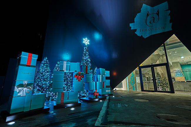 エントランスには「LOVE」をかたどったブルーボックスとクリスマスツリーが。