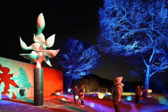 髙橋匡太『Glow with Night Garden Project in Hakone』岡本太郎『樹人』Photo: Mito Murakami