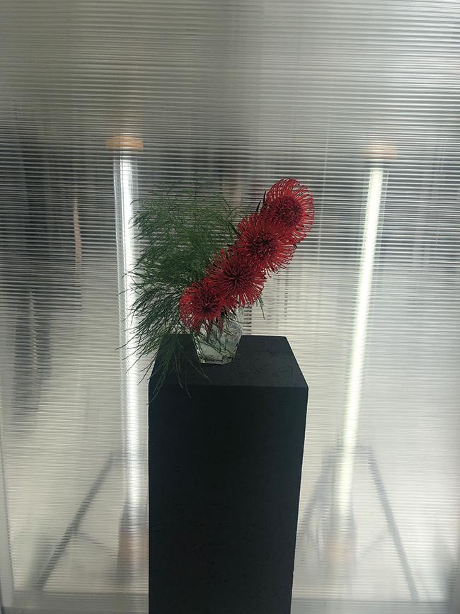 ALYXのパリのショールームでいけた背景がガラスの作品。