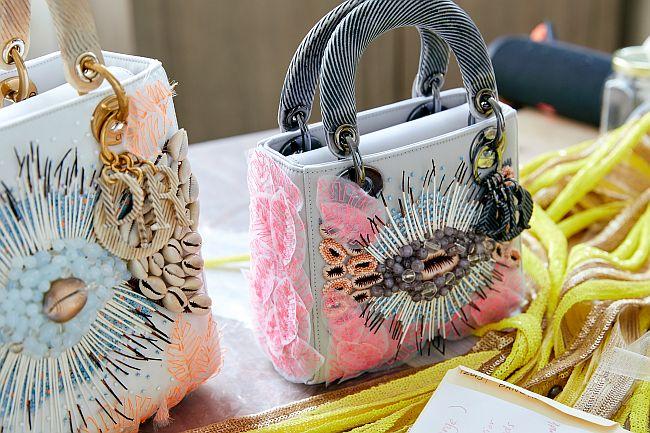 リナ・バネルジー作の「レディ ディオール」ミディアム ¥1,350,000、ミニ ¥1,100,000