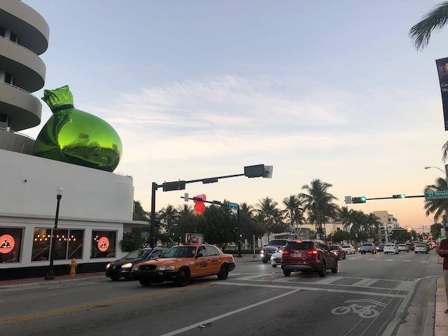 マイアミビーチのメインストリート、コリンズアベニュー。建物の上にも!