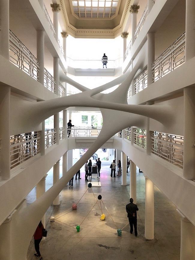 ムーア・ビルの吹き抜けと共存する、Zaha Hadidの作品『ELASTIKA(2005)』