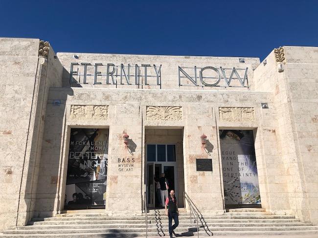 アール・デコの歴史的な建物の上部に、掲げられている常設展示のネオンサインは、個人的にも好きな作家、Sylvie Fleuryの『ETERNITY NOW』。このETERNITYはあの書体だよね?