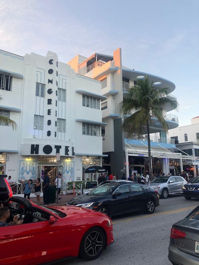 マイアミビーチの海岸沿いのアール・デコ地区には、文字通りアール・デコ建築やグラフィックの看板が目を引く。