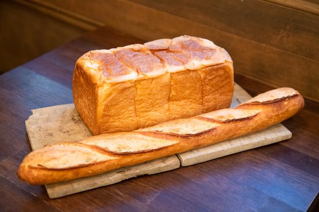 食パンは「なま剛力スタジアム」の「剛力デラックス」。バケットは「ル・グルニエ・ア・パン」