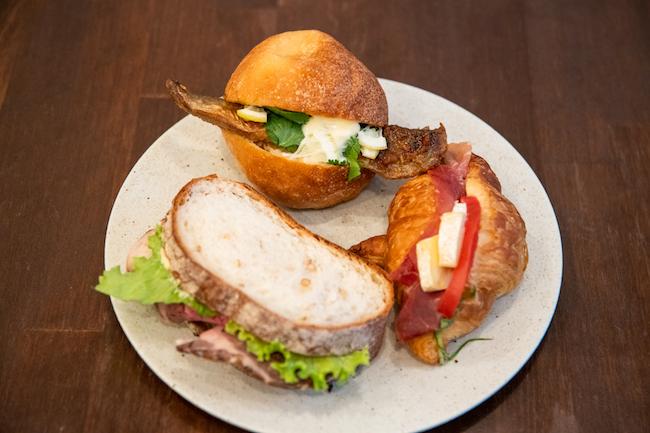 上から時計回りに 「沼津港直送 鯖のオリエンタルサンドイッチ」、「生ハムとトマトのクロワッサンサンドイッチ」、「シンプルなローストビーフのサンドイッチ」