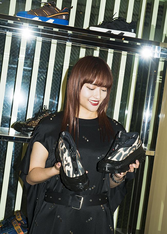 スニーカー ¥105,000(バーバリー)