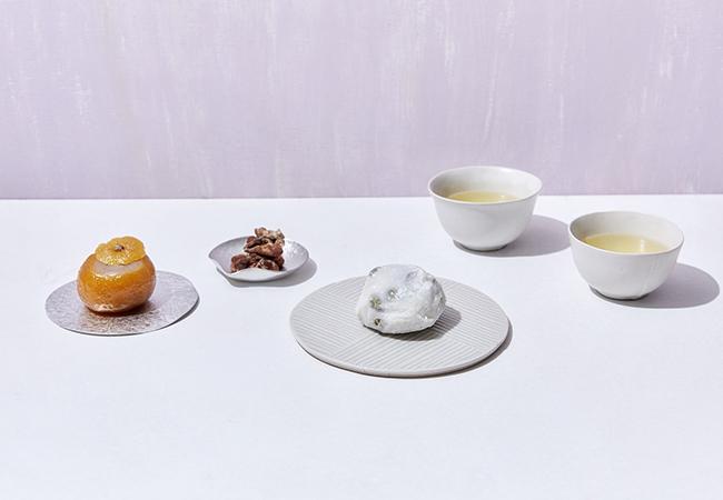 お茶には、島根 彩雲堂の「柚衣」、菓心 大菅「和三盆くるみ」、まほろ堂 蒼月「豆大福」でホッと