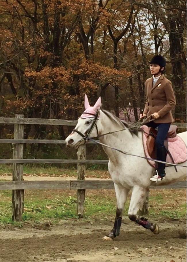 那須高原にある乗馬クラブで眉毛がチャームポイントのまゆちゃんと速歩の練習。